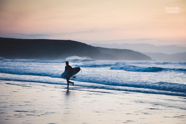 Surfer tras un baño en Xagó